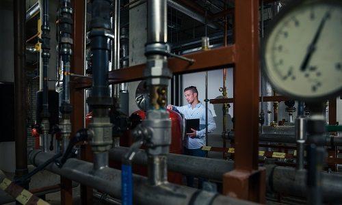 Medewerker Hydroscope controleert de temperatuur van de boiler